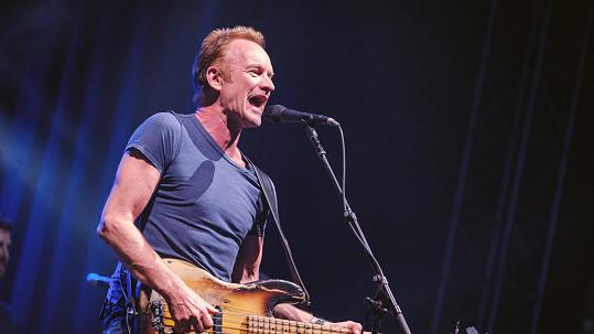 Sting snad nestárne. Včera na festivalu rozezpíval Prahu.