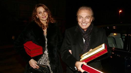 Takhle se vracel Karel Gott s manželkou Ivanou ze Státní opery.