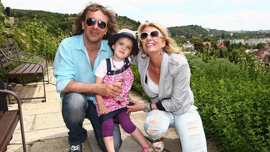 Lucie Benešová a Tomáš Matonoha s dcerou Larou