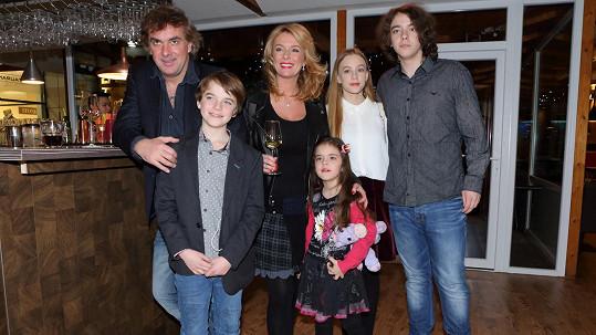 Lucie Benešová s rodinou, vpravo syn Lucián s přítelkyní