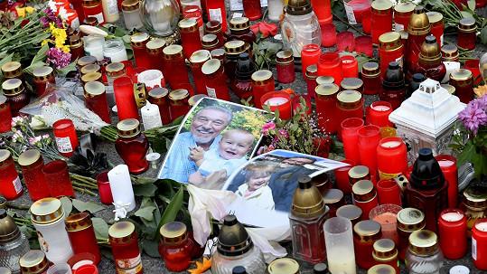 Fanoušci Karla Gotta přinášejí květiny, svíčky a vzkazy na pražskou Bertramku.