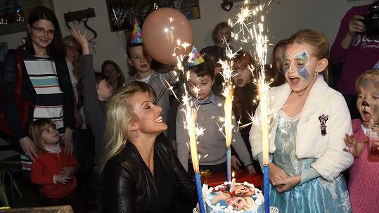 Emily Janečková na oslavě s dortem