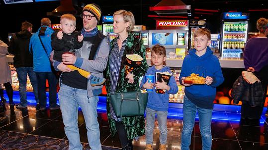 Herečka s manželem a syny vyrazila do kina na premiéru pohádky Jak vycvičit draka 3.