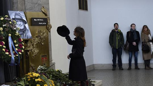 Tatiana Vilhelmová se klaní Michalu Pavlatovi.