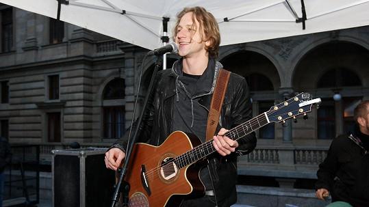 Tomáš Klus zazpíval na podporu handicapovaných a nemocných dětí.