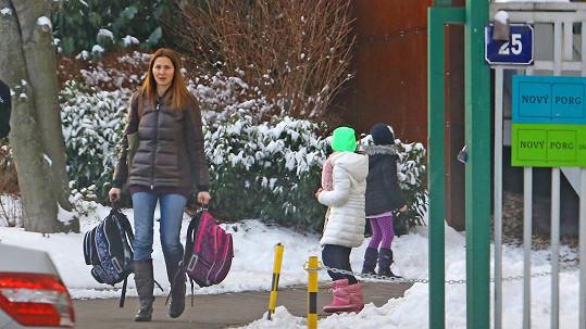 Ivana Gottová vyzvedává děti ze školy.