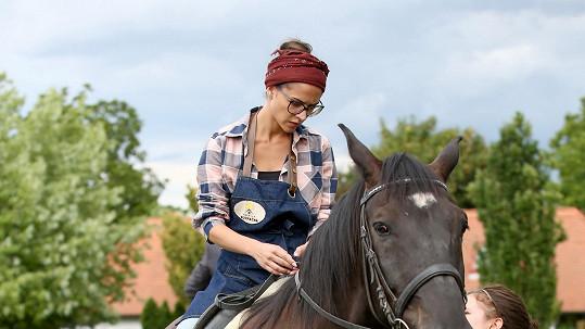 Eva Burešová si jízdu na koni moc neužívá.