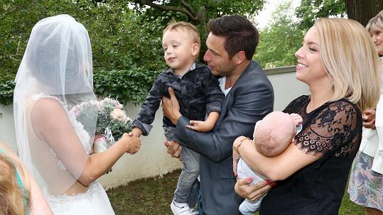 Martin Písařík s rodinkou gratuluje nevěstě Romaně Goščíkové.