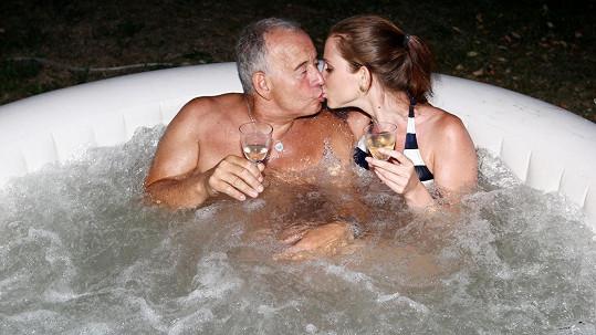 Ivan Vyskočil relaxuje s přítelkyní ve vířivce.