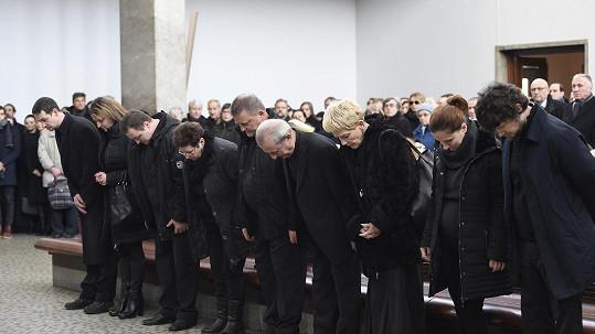 Jan a Josef Pavlatovi (pátý a šestý zleva) na nedávném pohřbu bratra Michala
