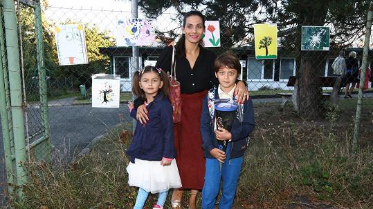 Eva Decastelo odvedla syna do první třídy.