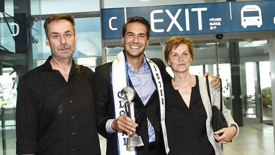 Tomáše na letišti vítali jeho rodiče.