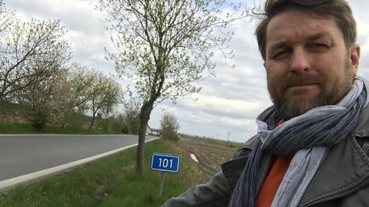 Tomáš Hauptvogel na místě, kde utekl hrobníkovi z lopaty.