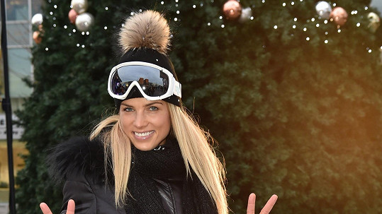 Klára vypadá skvěle i v čepici a lyžařské kombinéze.