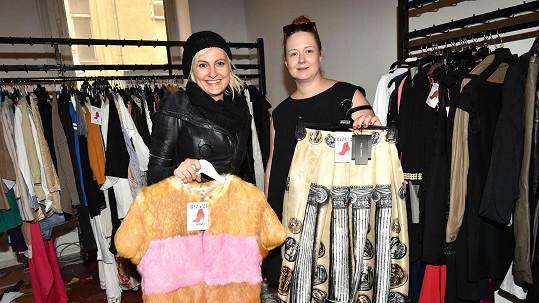 V charitativním bazaru Báry Nesvadbové se prodává i sukně Evy Herzigové.