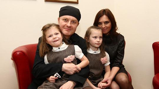 Pavel Šporcl s partnerkou Bárou Kodetovou a dcerami Violetou (vpravo) a Sofií