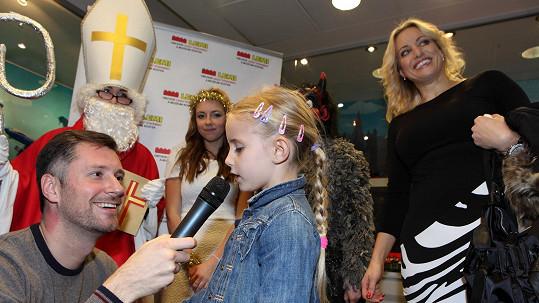 Dcera Františka Janečka Emily krásně zpívá.