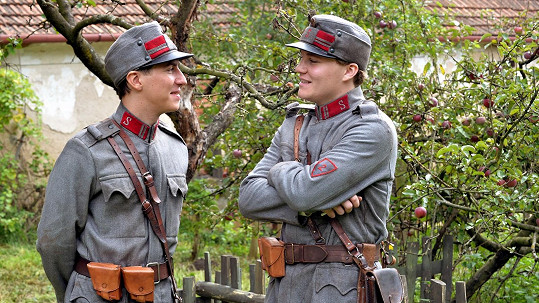 Robert Hájek (vpravo) a Martin Donutil v hlavních rolích připravovaného seriálu Četnické trampoty