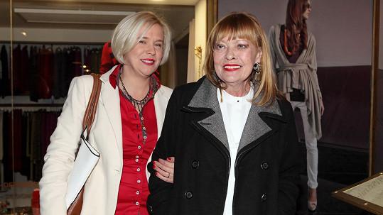 Jana Šulcová s dcerou Rozálií na premiéře filmu Kobry a užovky