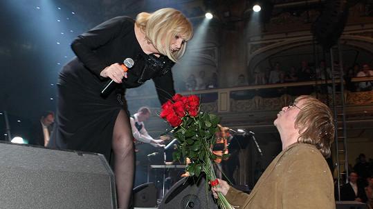 Hana Zagorová přebírá kytici od Karla Vágnera.