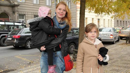 Monika Zoubková se svými holčičkami