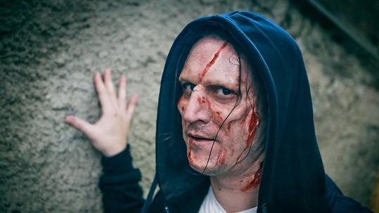 Známý moderátor se proměnil v takového jemného zombieho.