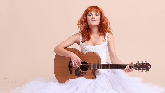 Muzikálovou zpěvačku zdobí nově rudá hříva.