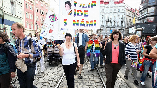 Ester Janečková v průvodu Prague Pride.