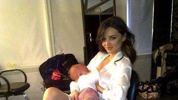 Mirandina další fotografie poslaná na internet, kde kojí syna Flynna.