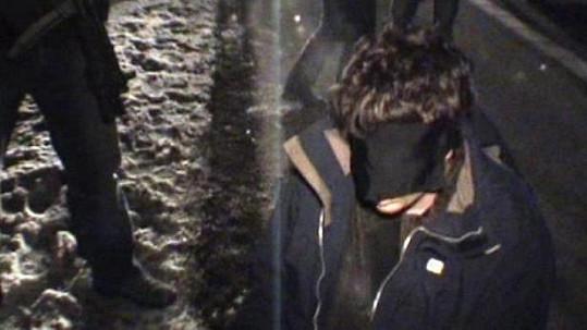Vrah, který dělal pro Primu, krátce po zatčení zásahovkou.