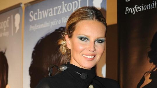 Simona Krainová byla v průsvitných šatech pořádně sexy.