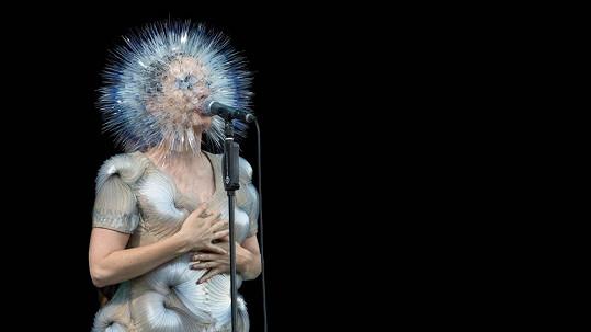 Známá islandská interpretka svým vzhledem šokovala Manchester.