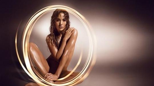 Jennifer Lopez na snímku k parfému Glowing.
