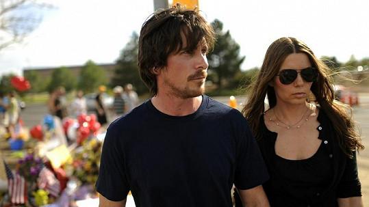 Filmový Batman Christian Bale s manželkou Sibi Blazic při návštěvě místa masakru.