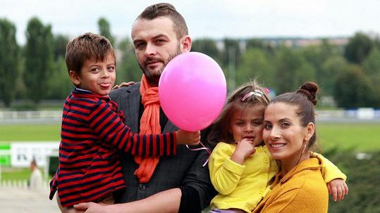 Eva Decastelo s rodinkou. Děti jdou extrémně do podoby tatínkovi Renému.