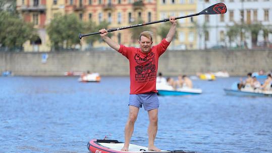 Petr Čtvrtníček poprvé v životě vyzkoušel paddleboard.