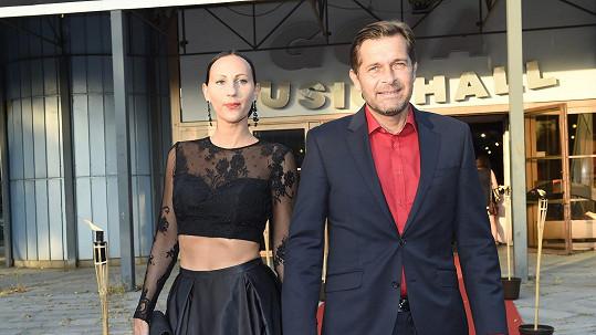 Martin Pouva se snoubenkou Petrou. Proč ještě není jeho manželkou?