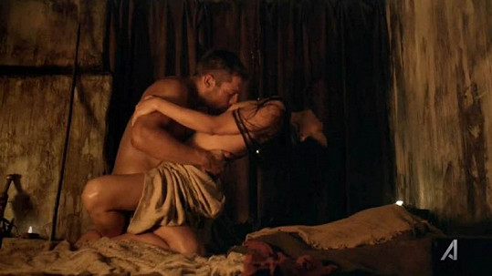 Liam McIntyre a Katrina Law předvedli vášnivé milování.