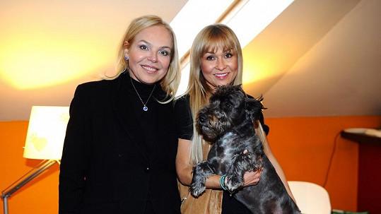 Kateřina Herčíková ukázala Dagmar Havlové účes svého psa.