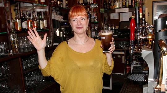 Bára Štěpánová vyrazila na pivo s úsměvem.