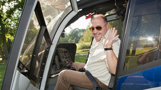 Tady se Michal David při nastupování do letadla ještě usmíval.