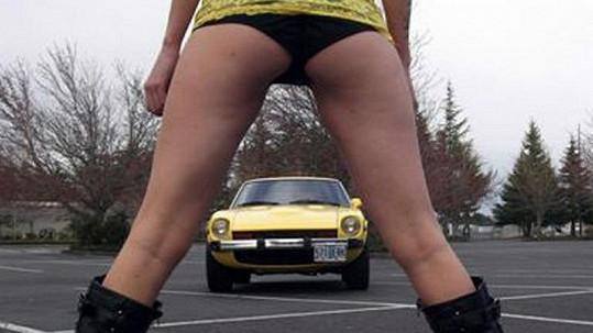 Dvacetiletá Lexxa svým tělem určitě zvedne prodej otcova vozu.