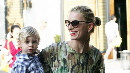 Karolína Kurková se svým téměř dvouletým synem Tobinem.