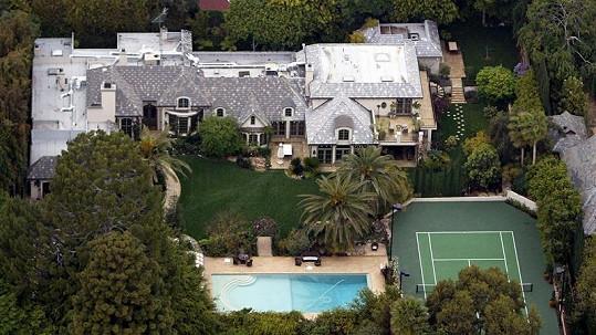 Madonna prodává tento dům s bazénem a tenisovým kurtem.