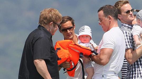 Zachary dostal před vstupem na jachtu záchrannou vestu.