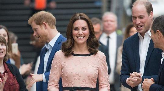 Těhotné vévodkyni Kate už se daří lépe.