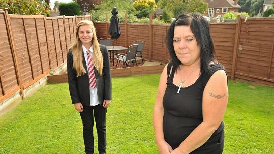 Annalise Wilks s maminkou Denise byly postojem školy znechuceny.