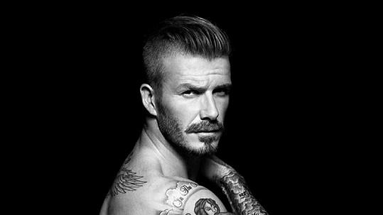 David Beckham navrhuje spoďáry a Brad Pitt je má v oblibě.