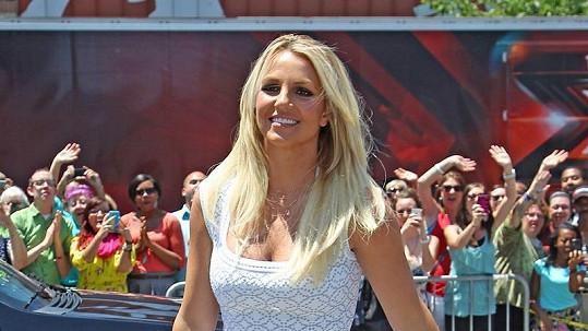 Britney Spears to v bílých šatech moc slušelo.