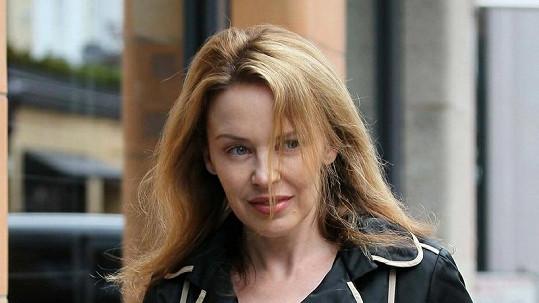 Kylie Minogue obtěžoval dotěrný fanoušek, zavolala na něj policii.